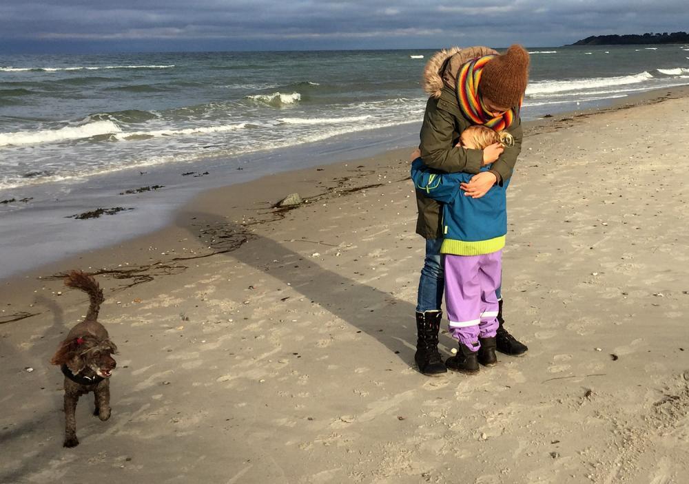 Et knus på stranden