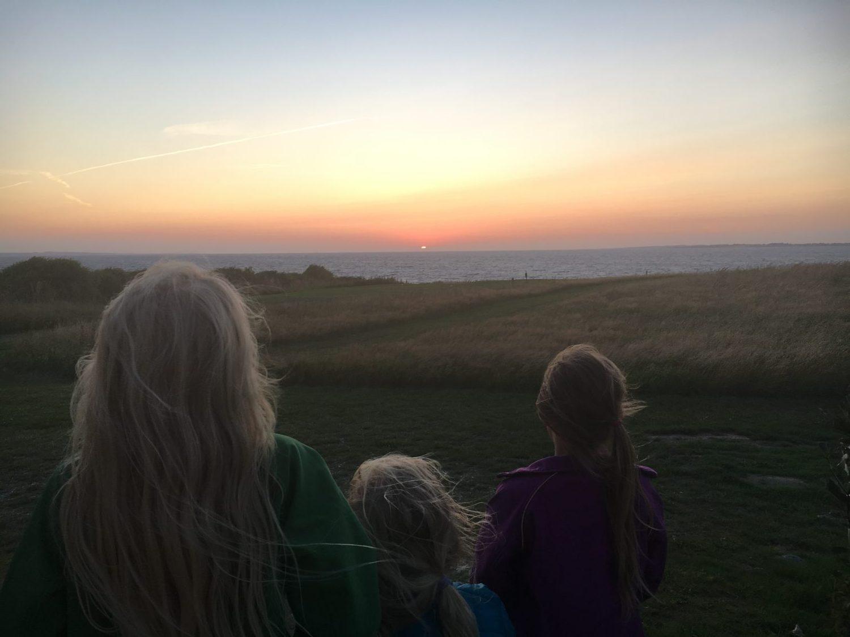 Tre børn ser på solnedgangen på Ærø