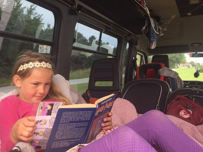 Silke læser Harry Potter i bussens seng