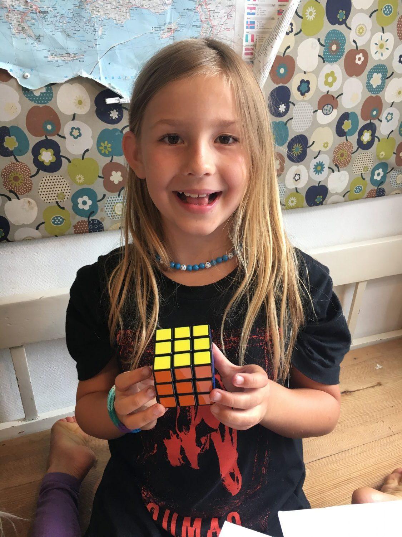 Silke har løst sin første Rubicks cube