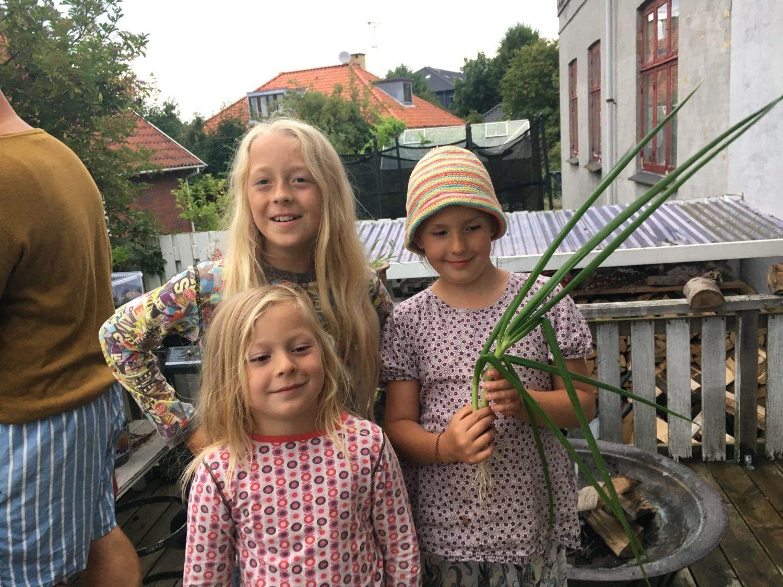 Børnene på en glad måde