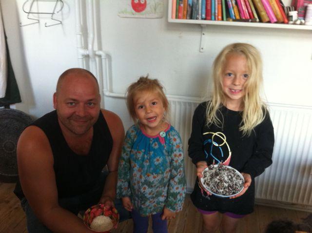 To stolte børn har lavet trillekager med far