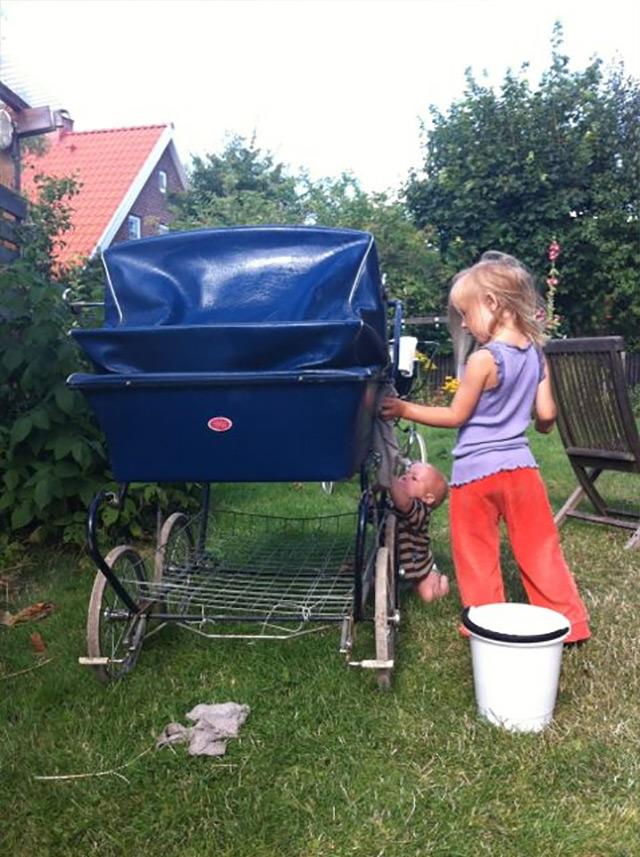 Silke og Fjord hjælper med at vaske barnevognen ren, mest Silke forstås