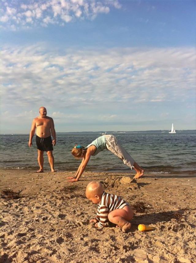 Her øver Liv og far at stå på hænder, strand kan ellers let blive en sofa.