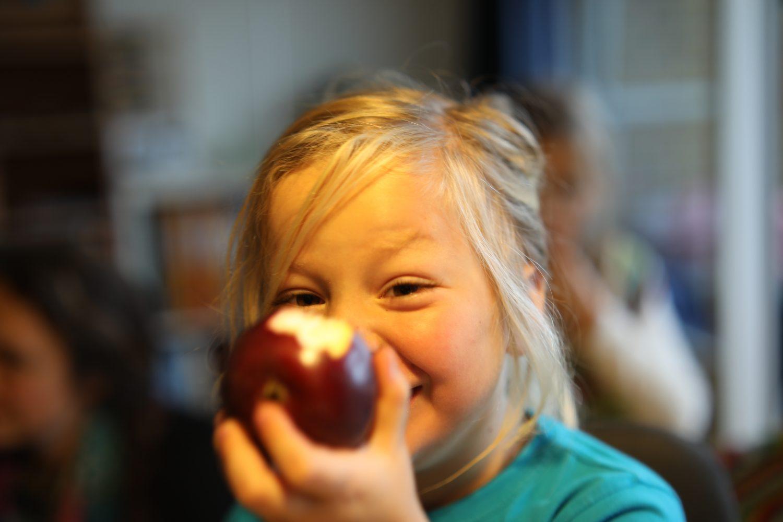 Fjord spiser æble