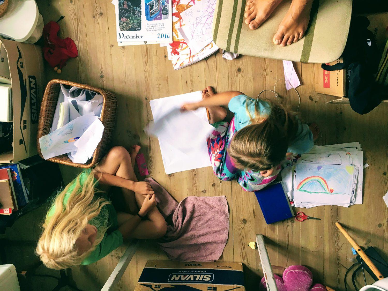 børnene sorterer papir