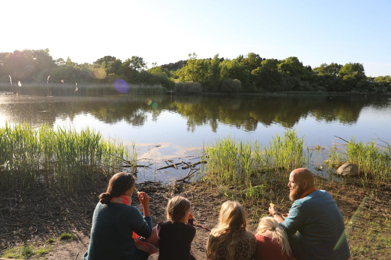 Familien ved en sø