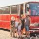 Stor rød bus familiefoto