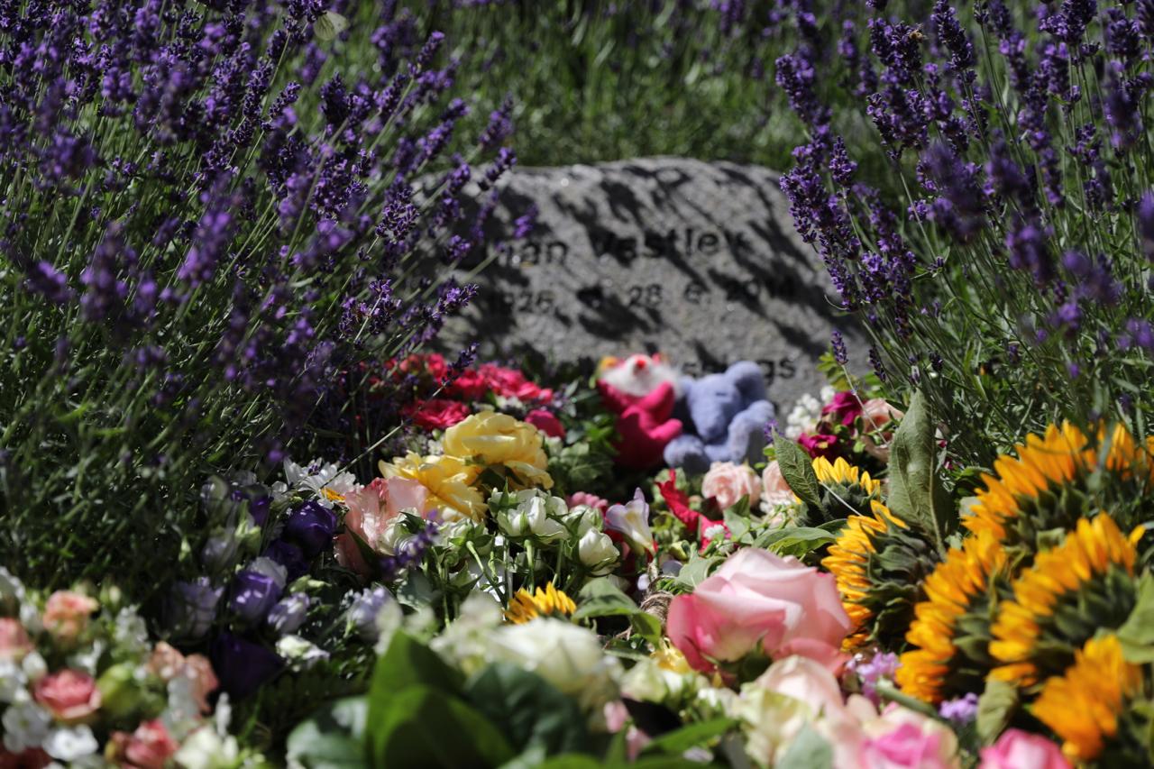 bisættelse blomster på gravsted
